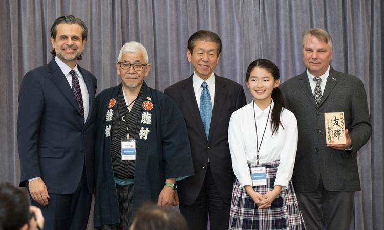 新たな市松人形のボーイフレンドがDIAに藤村光環氏・JBSD基金より贈呈された。名前は「友輝」で名付け親の女の子は日本語補習校(リンゴ会)の中学生