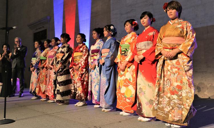 2017年11月の日本ギャラリー内覧晩餐会で、花を添えてくれた地元高校生らのKimono Girlsを壇上に迎えて拍手