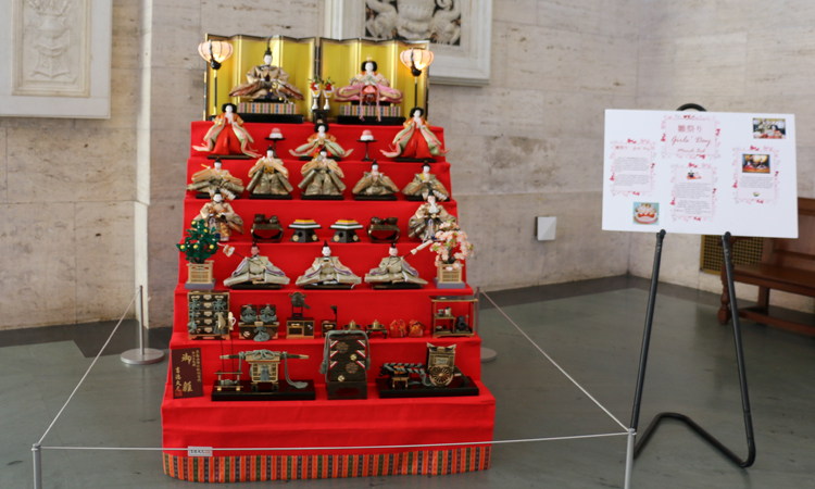 伝統的なひな壇飾り(在デトロイト日本総領事館所有)