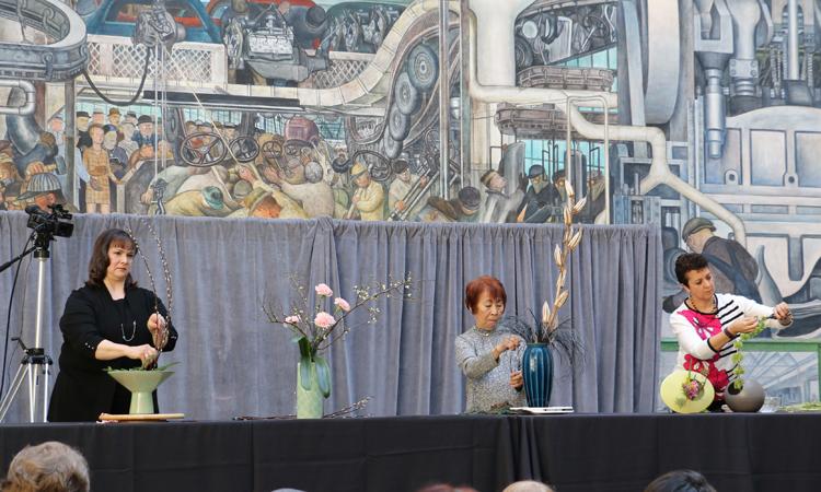 2017年ひな祭りでの「生け花インターナショナル」メンバーによる生け花実演