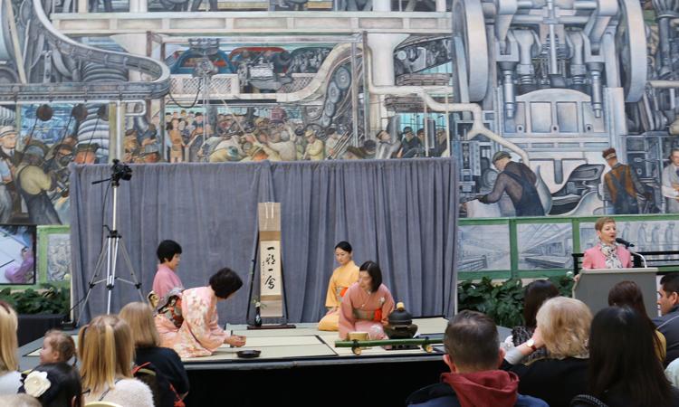 2018年ひな祭りでの裏千家鍋田広子師匠らによる茶道実演