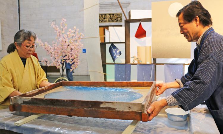 2017年11月のJCDイベントでの紙漉き加納登茂美・恒師匠の紙漉きの実演