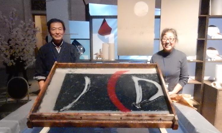 2017年11月のJCDイベントでの紙漉きの加納登茂美恒師匠の実演作品「JCDのロゴ」