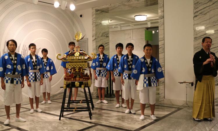 神輿をギャラリーに奉納する前にちょっと緊張気味のHappi Boys