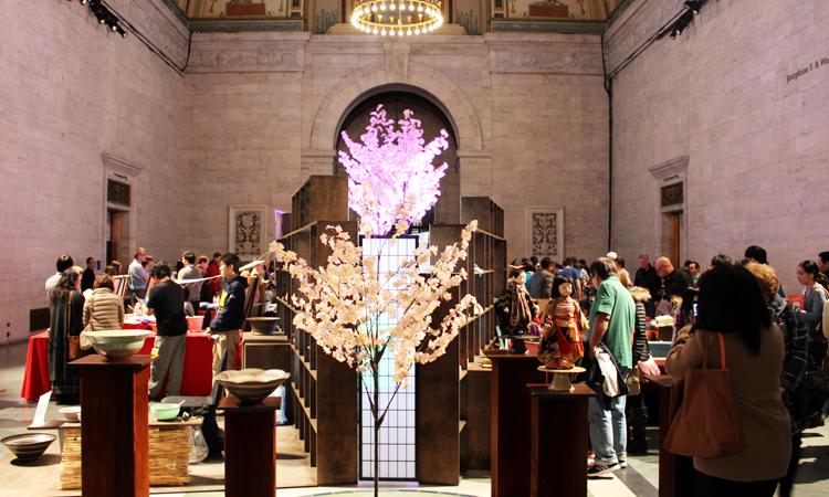 工芸師匠らの実演・作品展示ブースがグレートホールに敷き詰められた