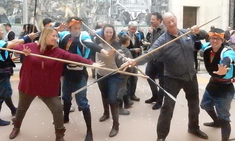 豊田市の棒の手保存会の棒の手演技を一緒に