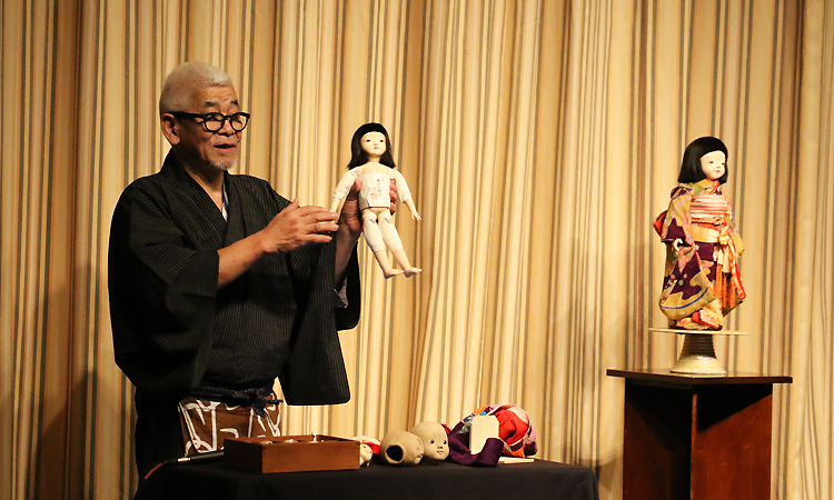 講義室での市松人形の作り方を講演する藤村師匠