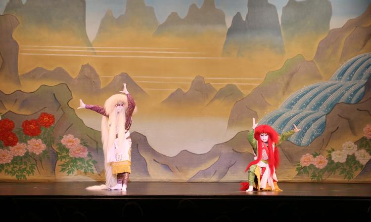 劇場での菊の会による連獅子の舞