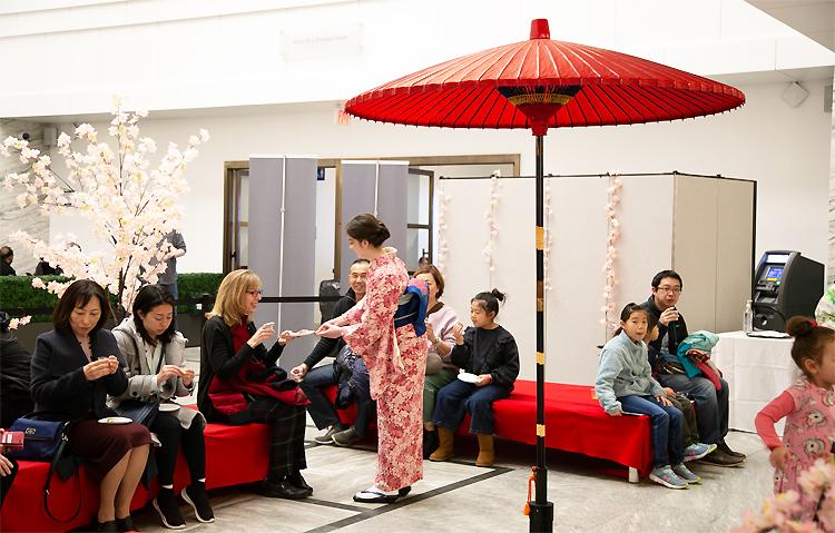 煎茶と和菓子の体験コーナー:高校生煎茶ガールズは和服での所作も身についてました。